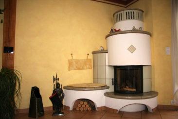 Runder Ofen über Eck mit Sitzbank