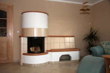 Großer Ofen mit Sitzbank