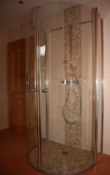 Dusche aus Glas mit Mosaikfliesen