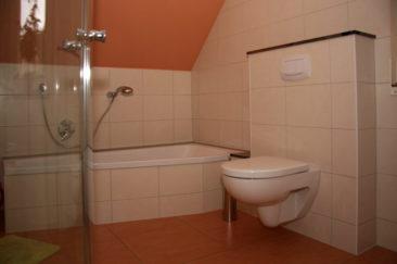 Bad mit WC, Badewanne & Dusche