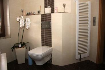 Bad mit WC und Heizkörper